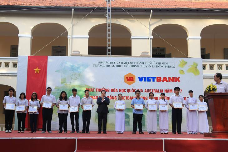 Vietbank trao tặng 30 suất học bổng cho học sinh trường THPT chuyên Lê Hồng Phong TP. HCM