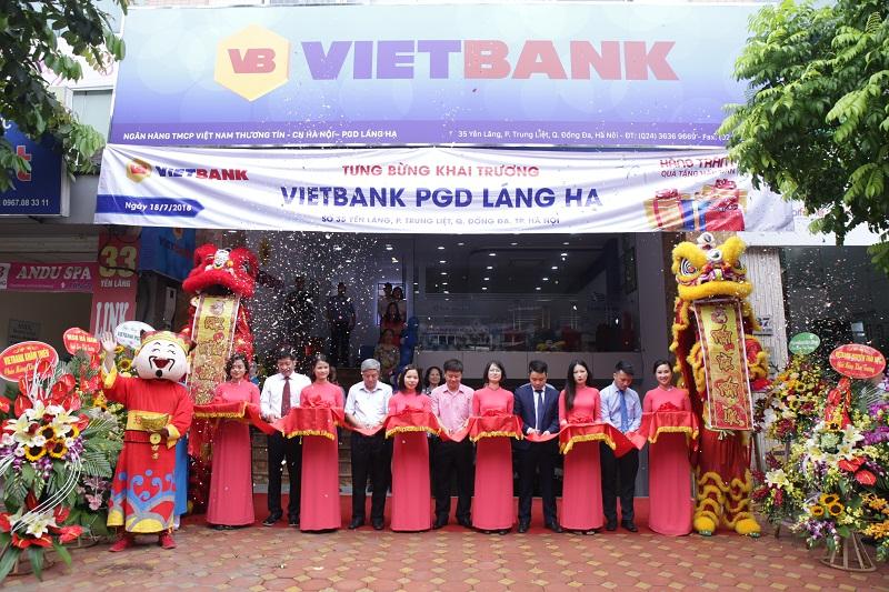 Vietbank dành hàng trăm quà tặng khách hàng nhân dịp  khai trương trụ sở mới PGD Láng Hạ
