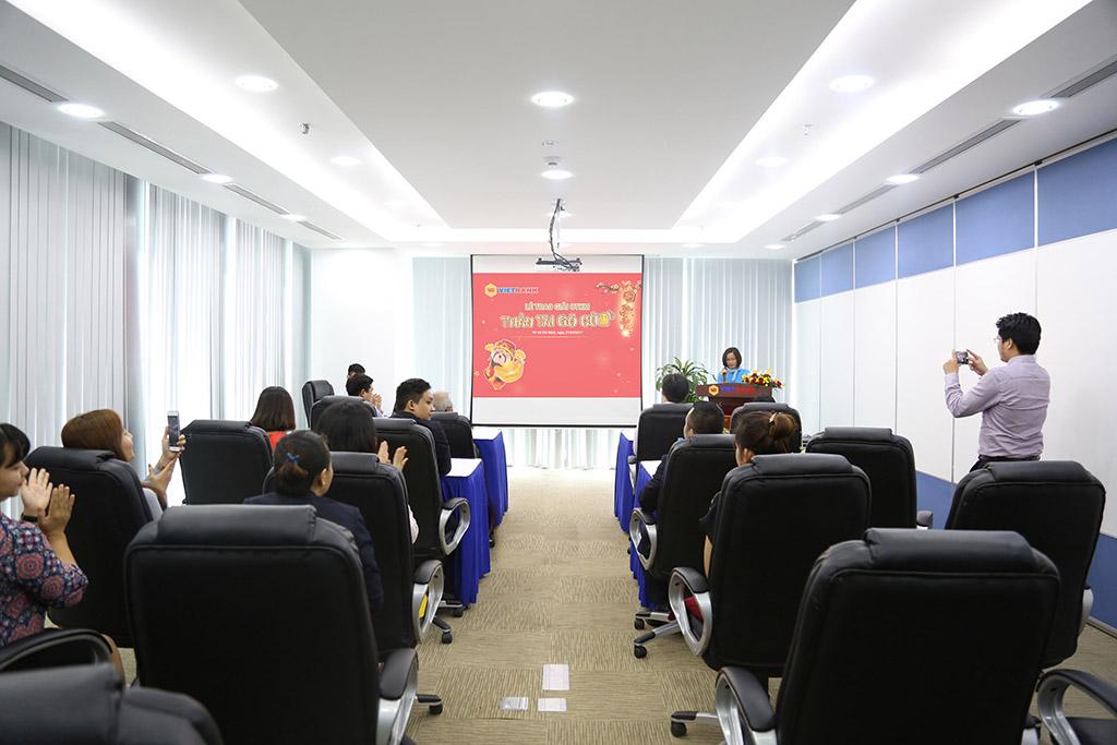 Vietbank trao giải cho khách hàng trúng thưởng trong CTKM Thần tài gõ cửa