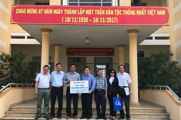 Những món quà ý nghĩa Vietbank chia sẻ với người dân Khánh Hòa
