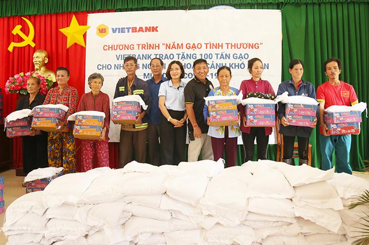 Vietbank trao 100 tấn gạo đến các hộ gia đình khó khăn trong mùa Covid 19